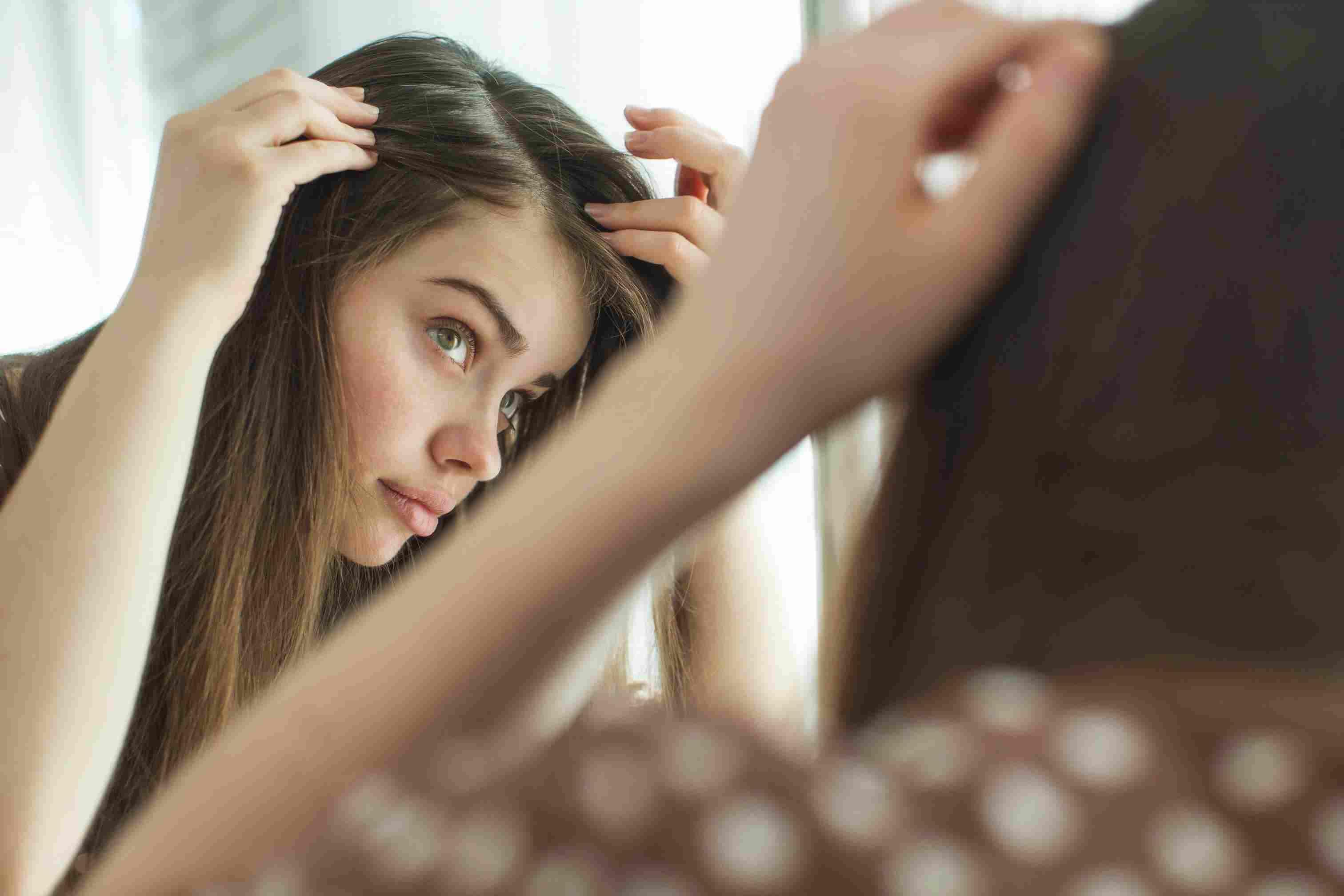 Mujer mirándose al espejo